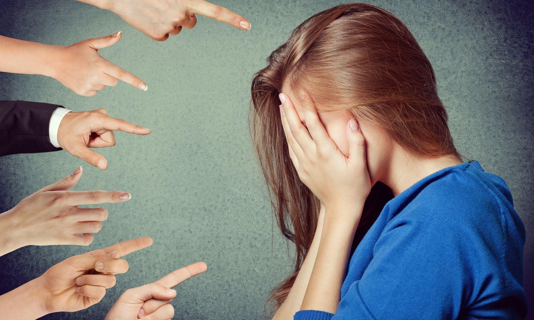 femme pointée des doigts