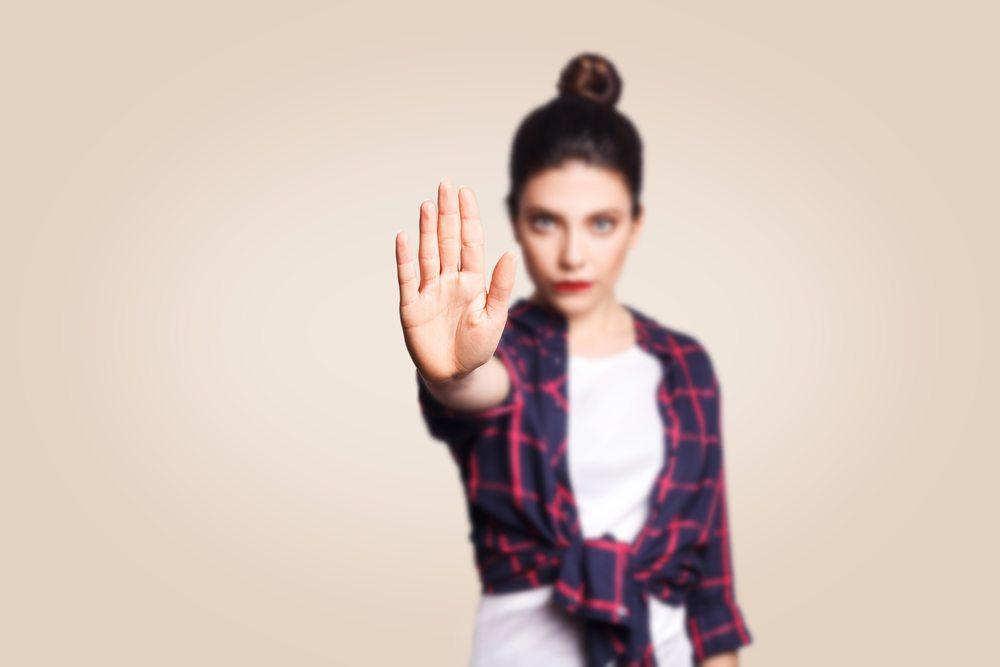 femme stop main